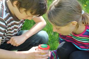 Kinder mit Becherlupe