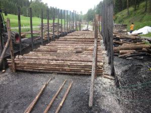 Der Boden des Meilers ist mit Stangenholz ausgelegt!